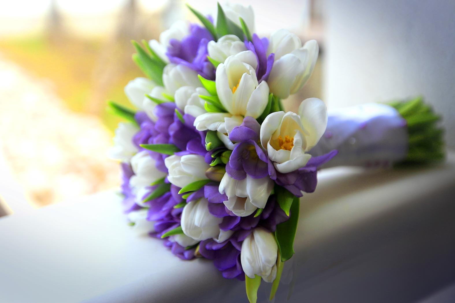 Букет на свадьбу из белых тюльпанов и ирисов, невесты