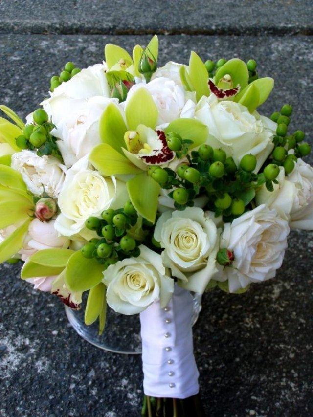 Свадебный букет в бело зеленых тонах, свадебный