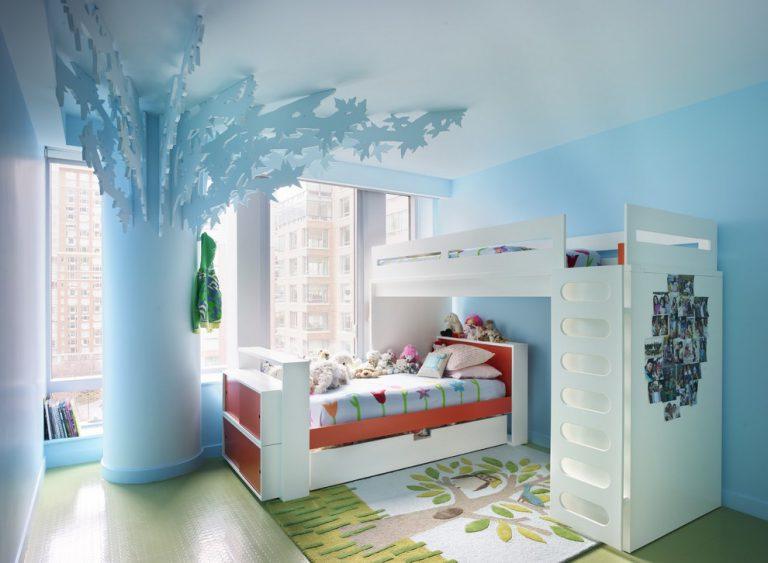 Двухъярусная кровать в комнате двух мальчиков