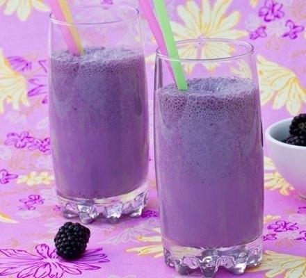 Молочный коктейль с ежевикой