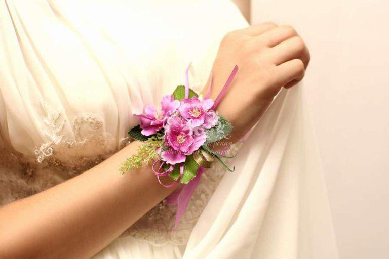 Бутоньерки на руку: яркое дополнение свадебного образа