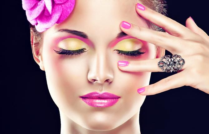 Макияж под розовое платье – тонкий расчет к созданию гармоничного образа