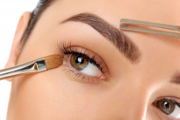 Как красить брови тенями: полезные советы и пошаговая инструкция