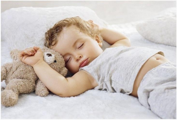 Почему младенец вздрагивает во сне и опасно ли это